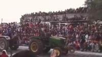 """印度拖拉机比赛看台突然坍塌 瞬间""""吞噬""""数百名观众"""