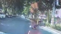 共享单车骑行中前轮变形 男子翻倒重摔