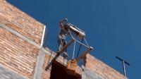 """农村小伙发明""""井轱辘""""起吊机, 不用油不用电, 100造一台"""
