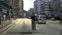 视障者误上机动车道 暖男司机出手相助