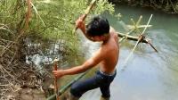 小伙用竹子徒手打造水车, 只要水一直流动, 就有源源不断的动力