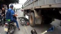 越南男子骑摩托车倒地 遭货车撞击后爬起来继续骑