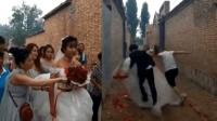疼! 新郎抱新娘遭损友阻挠 惨被婚纱绊住摔倒