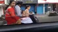 5岁女孩站着驾驶摩托车 爸妈带着妹妹淡定乘坐