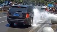 消防水管爆裂 过路车辆排起长队蹭洗车