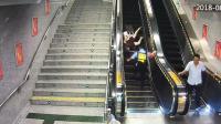 老人乘扶梯摔倒 过路巡防员飞身往回冲扶起