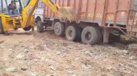 货车陷坑出不来, 还得让挖掘机来救援, 这是车还是司机的问题?