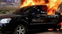 司机醉酒睡着忘熄火 汽车自燃被烤醒捡条命