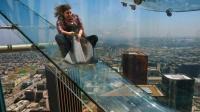 世界最惊险的空中滑梯, 全透明玻璃打造, 你敢挑战吗?