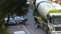 女子被车门带倒 头部遭大货车碾压头盔救命