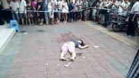 监拍安阳一女子从楼上坠落 扫地阿姨被砸伤