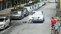 男童玩滑板车冲上马路 遭汽车碾压