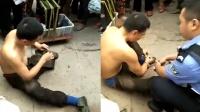 男子装残疾沿街乞讨被揭穿 原来断腿藏在裤裆