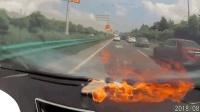 女司机驾车时手机突然爆炸 被吓得惊叫连连
