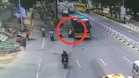 公交车与电动车相撞 致一名男孩身亡