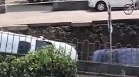 杭州一河堤突然塌方 俩小车侧翻掉入坑内