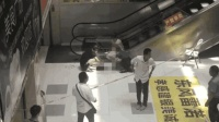 3岁男童从3楼扶梯摔下坠亡 父母就在3米外