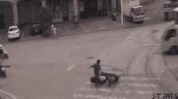 神反应! 男子半路扔车就跑 躲过生死劫