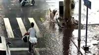 监拍老人暴雨后街头做这事 连警察都看呆了