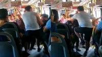 男子公交上乱扔垃圾 乘客劝阻起冲突