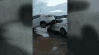暴雨引发山洪车辆被冲黄河 8人死亡2人失联