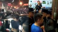 游客怒骂导游还地域黑 遭众人围攻讨说法