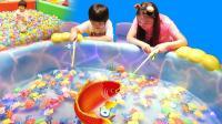 波波球池 钓鱼 建城堡 美莉天奕儿童游乐场玩翻天