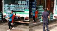 母亲街头背娃搬水一天赚两百 网友: 生活不易