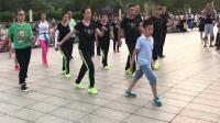 厉害了! 10岁小男孩领舞鬼步舞《老妹你真美》, 引起全场围观