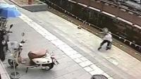 老人踏空台阶掉入沟渠 被众人救起