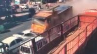"""大货车疑失控 """"碾压式""""横扫一排车"""