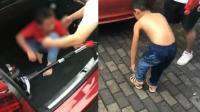 男童被锁车内全身湿透 热心群众砸窗施救