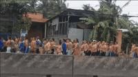 """越南一戒毒所""""瘾君子""""集体出逃 200多名男子赤膊上身沿路劫财"""