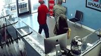 商店内男子盯女子臀部 遭其男友挥拳重击
