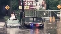 实拍: 婚车遇洪水被困警察出动悍马救出新娘