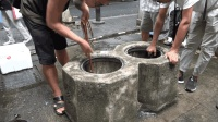在杭州百年古井中打捞东西, 没想到小伙捞到这么多好东西