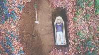 小哥作死把自己装进木板, 还挖坑埋了起来! 网友: 活着玩命?