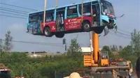 公交车遭货车追尾10余乘客受伤