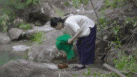 在小溪里捞点河虾, 给春饼馅料增点鲜!
