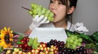 日本女吃货, 吃青葡萄, 看看这表情, 吃得太陶醉了, 有那么好吃吗