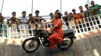 挑战地心引力! 印度开挂摩托车表演, 没有任何防护措施!