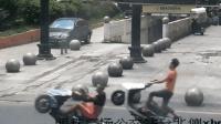 数小伙骑摩托翘头炫技 被民警当场拦截