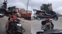 """大力士肩扛""""摩托车""""上路 真相让人哭笑不得"""