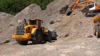 一个工地就必须用挖掘机、卡车等工程机械, 这得多少钱的成本!