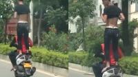 男子穿拖鞋站摩托车上飞驰 网友:不作不死