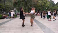 吴桂萍老师和小金珠老师带领大家练习桥头水兵舞第一套