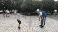 6岁小男孩和17岁小哥广场鬼步舞斗舞, 2个都很有范, 你觉得谁更棒
