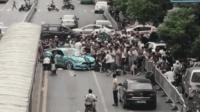 跑车为避让违规掉头出租 失控撞向行人致12伤