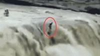 印度民众庆祝国庆假日突遇洪水 至少12人被冲走