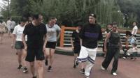70岁老大爷跟17岁小伙学习鬼步舞, 简单舞步《足跟奔跑》, 很好学